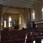 Der Kircheninnenraum mit spätgotischen Fenstern und ornamentalen Wandmalereien (c) Jörn-Uwe Zeug
