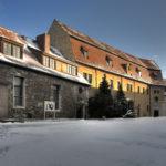 Im Jahre 1803 kaufte Prinz Louis Ferdinand von Preußen die Burg und ließ bis 1806 das Winkelsche Palais nochmals zu Wohnzwecken ausbauen. Das Foto zeigt den Burghof der Unterburg mit dem Winkelschen Palais (gelb). (c) Jörn-Uwe Zeug