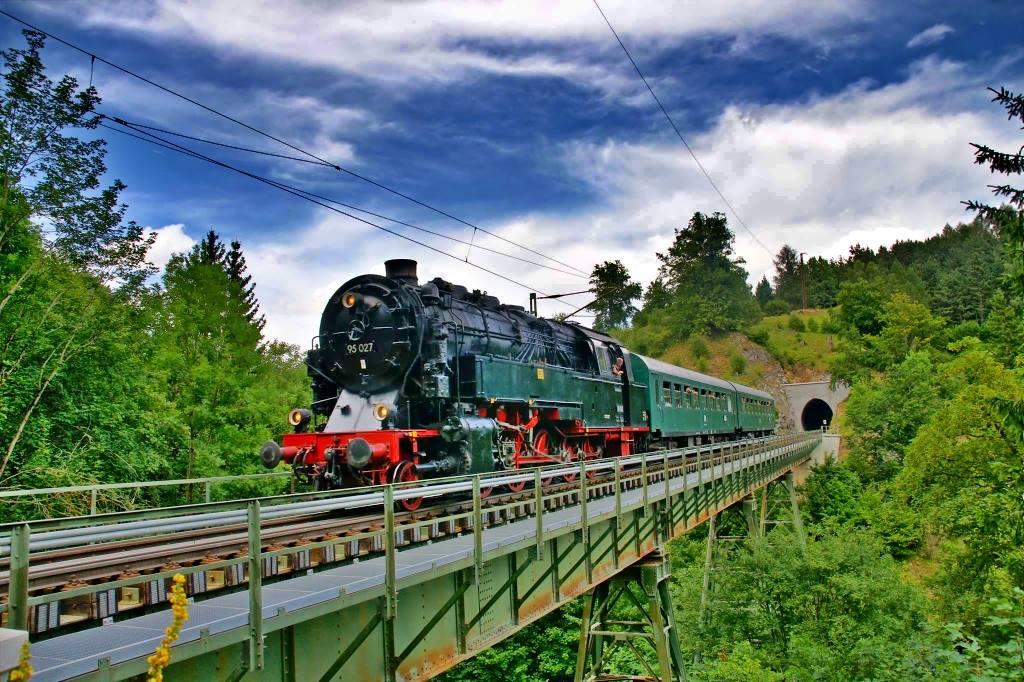 Die Bergkönigin 95 027 mit Personenzug auf dem Kreuztalviadukt nahe Rübeland (c) Michael Calcada