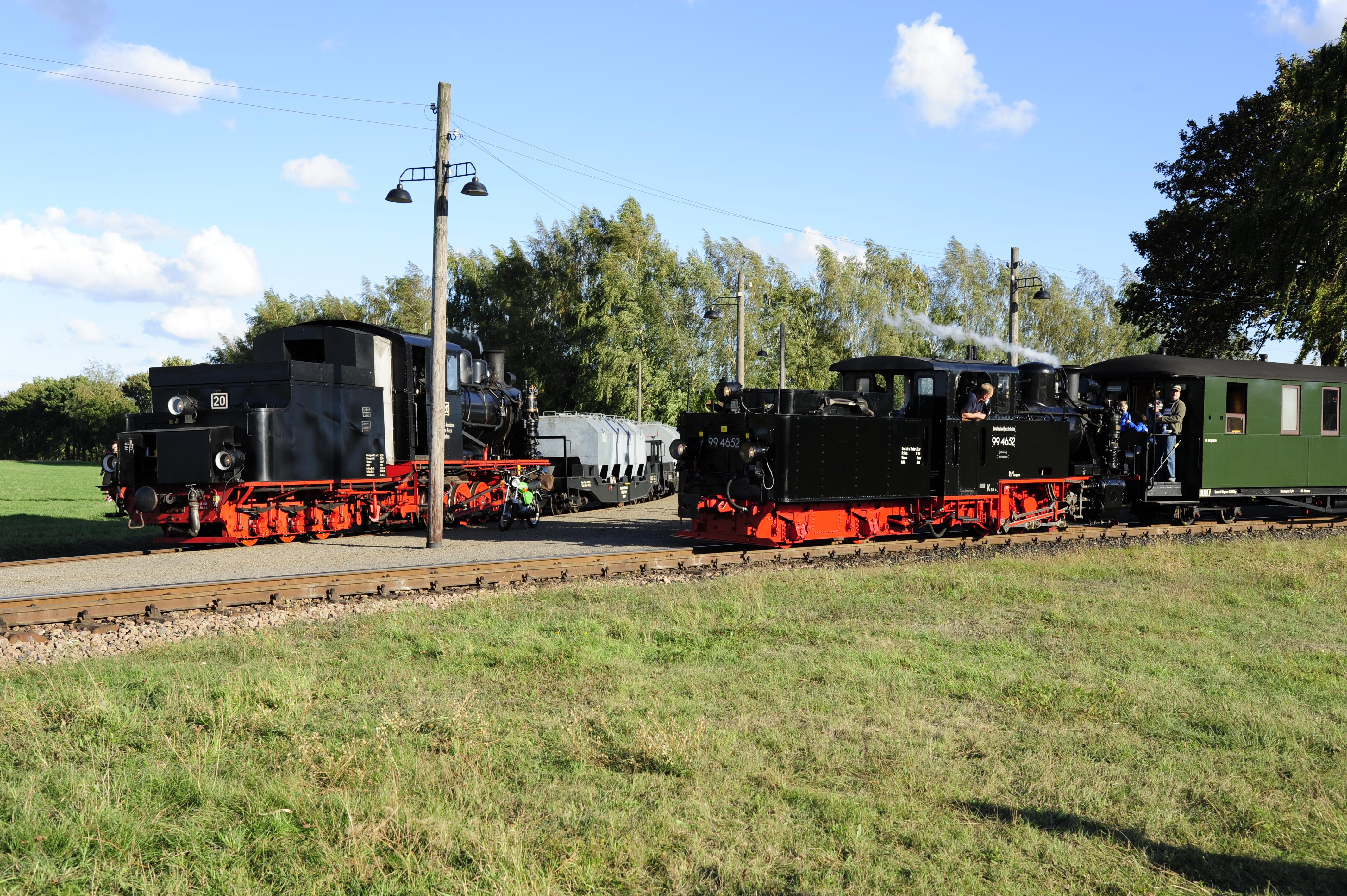 Lok 20 der Bergwerksbahn und 99 4652 als Gastlok von der Insel Rügen am 30.09.2016 am Gleisdreick in Siersleben (c) Joachim Volkhardt