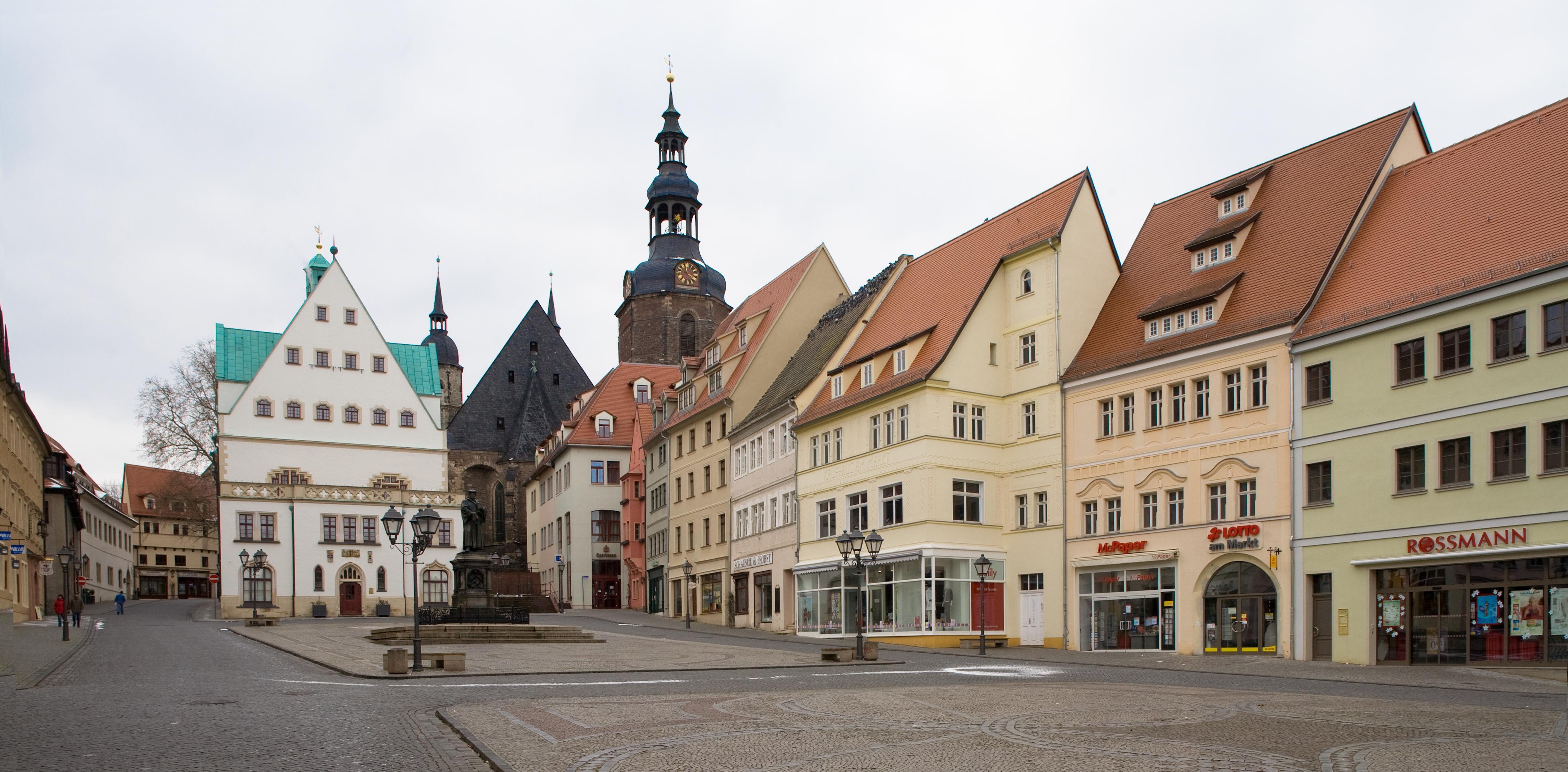 Der Marktplatz der Lutherstadt Eisleben mit Lutherdenkmal, Rathaus und St. Andreaskirche (c) Schütze/Rodemann Halle(S)