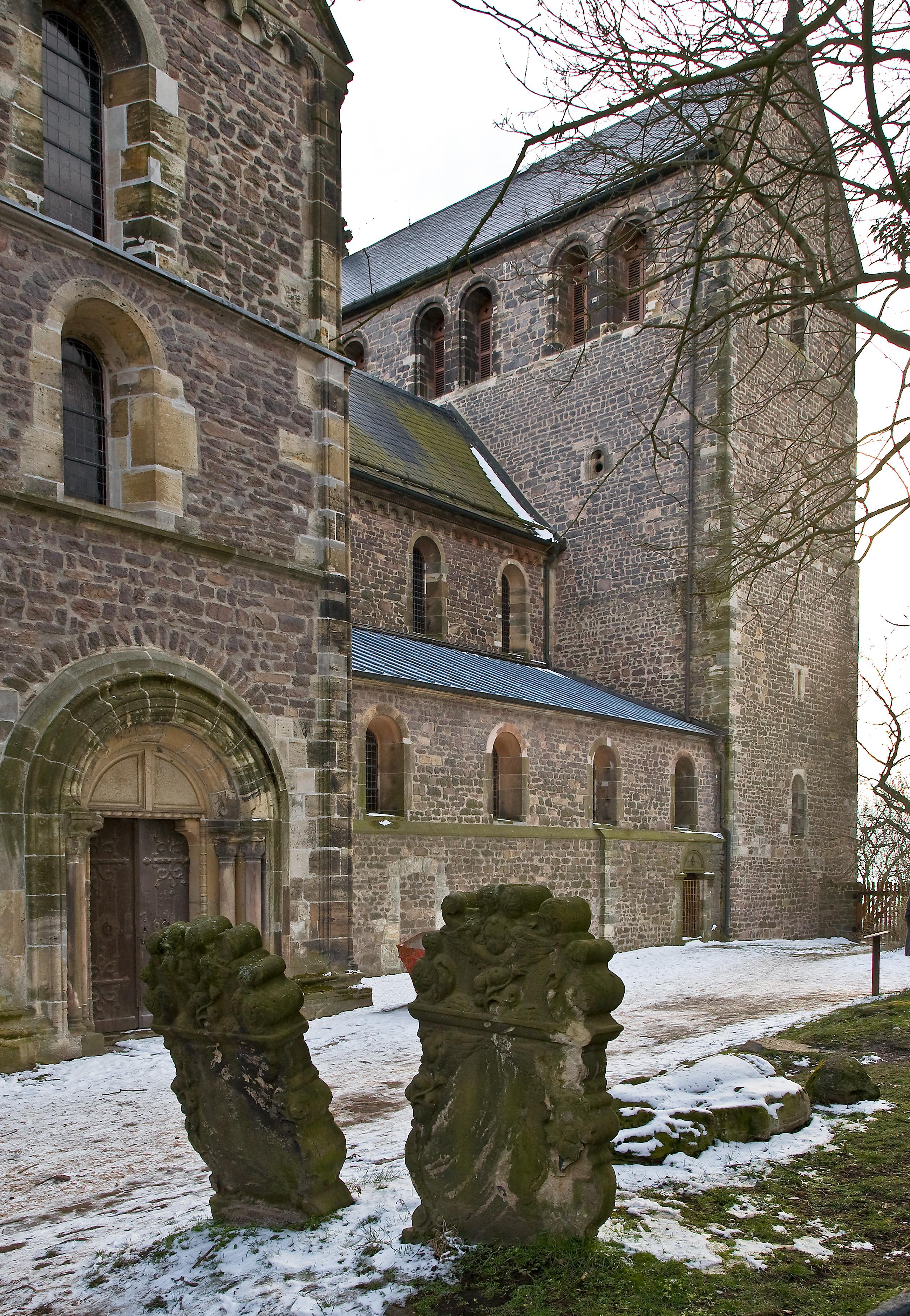 ehem Stiftskirche auf dem Petersberg bei Halle (S), Nordquerhaus und Turm von NO, davor barocke Grabsteine (c) Schütze/Rodemann Halle (S)